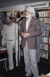 Enric Larreula fent una presentació a la llibreria Documenta